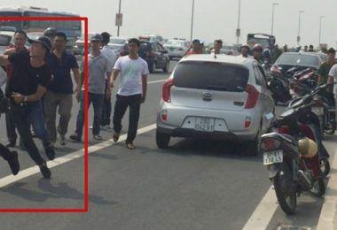 Phóng viên Quang Thế (áo trắng) bị cảnh sát hình sự công an huyện Đông Anh đuổi đánh khi tác nghiệp