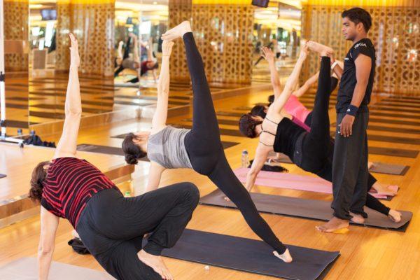 Giáo viên hướng dẫn yoga