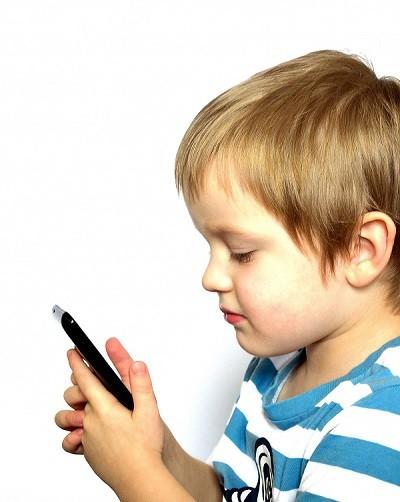 trẻ nghiện điện thoại